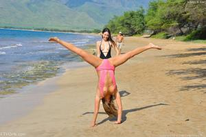 http://img190.imagevenue.com/loc554/th_557640460_Mary_and_Aubrey_Hawaii_II_Beach_Bunnies_51_123_554lo.jpg